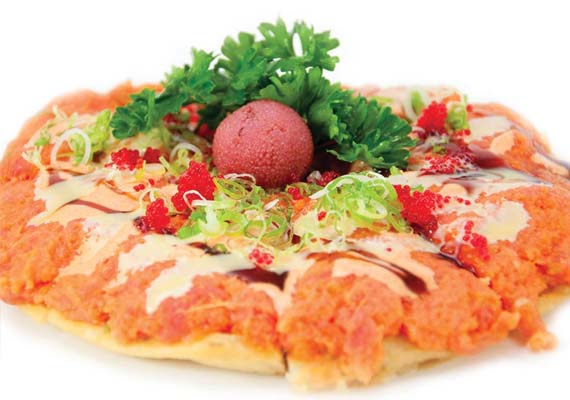 Tuna, salmon, white tuna, pepper, onion, tomatoes in spicy aioli crunchy flakes pizza style